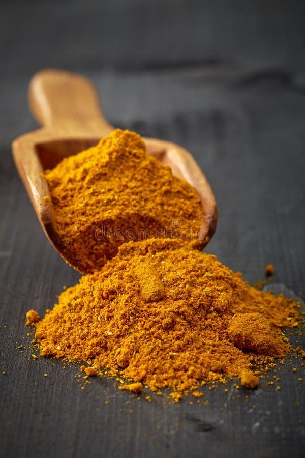 Mestolo di legno con curry fotografia stock