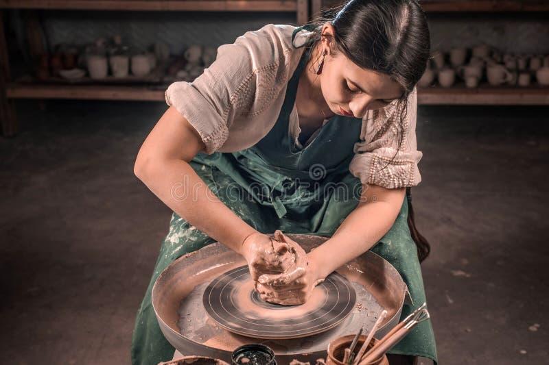 Mestre à moda do artesão que faz o potenciômetro cerâmico na roda da cerâmica handmade foto de stock royalty free