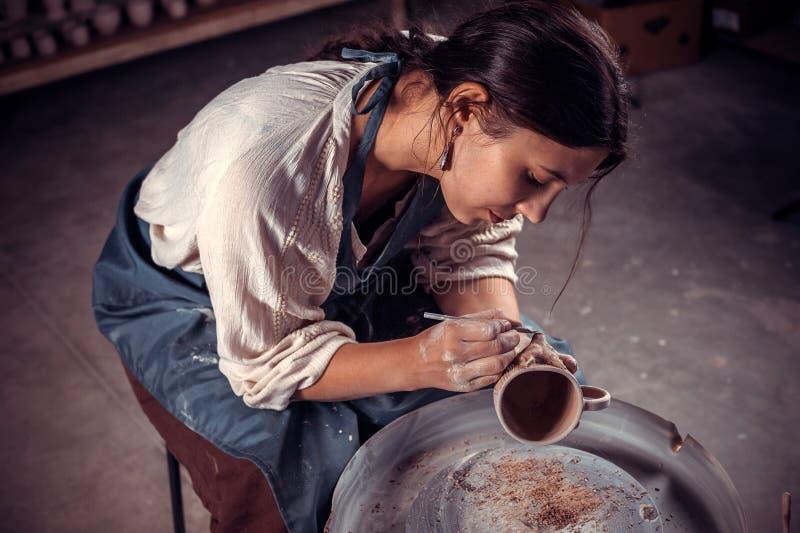 Mestre à moda do artesão que trabalha com cerâmica na oficina cerâmica Produ??o do of?cio fotografia de stock royalty free