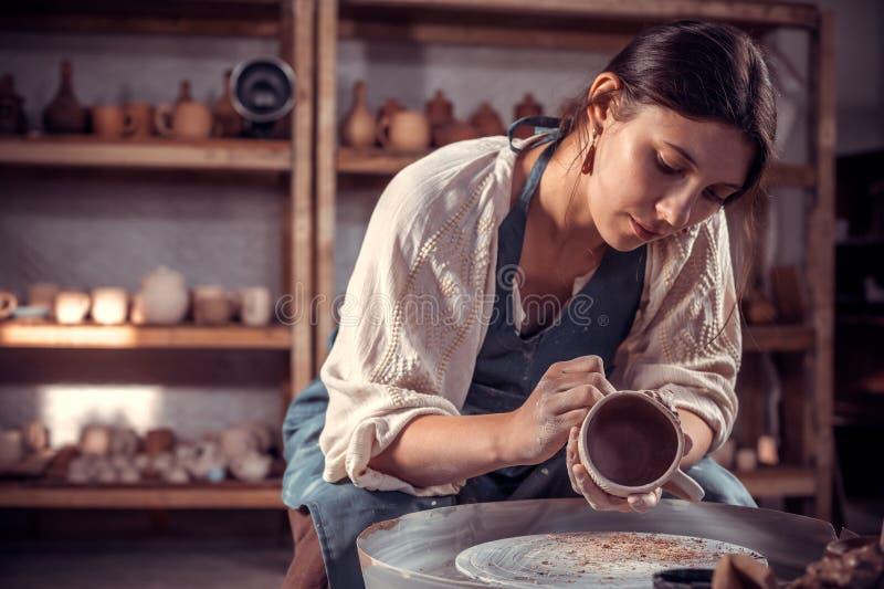 Mestre à moda do ceramist que molda um vaso da argila em uma roda de oleiro Oficina da cer?mica imagens de stock royalty free
