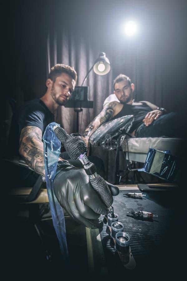 Mestre da tatuagem do homem fotografia de stock royalty free