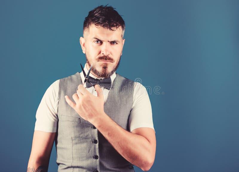 Mestre de barbearia com tesoura empresário crescendo em barbearia barbeiro solto em gravata barba perfeita Macho foto de stock royalty free