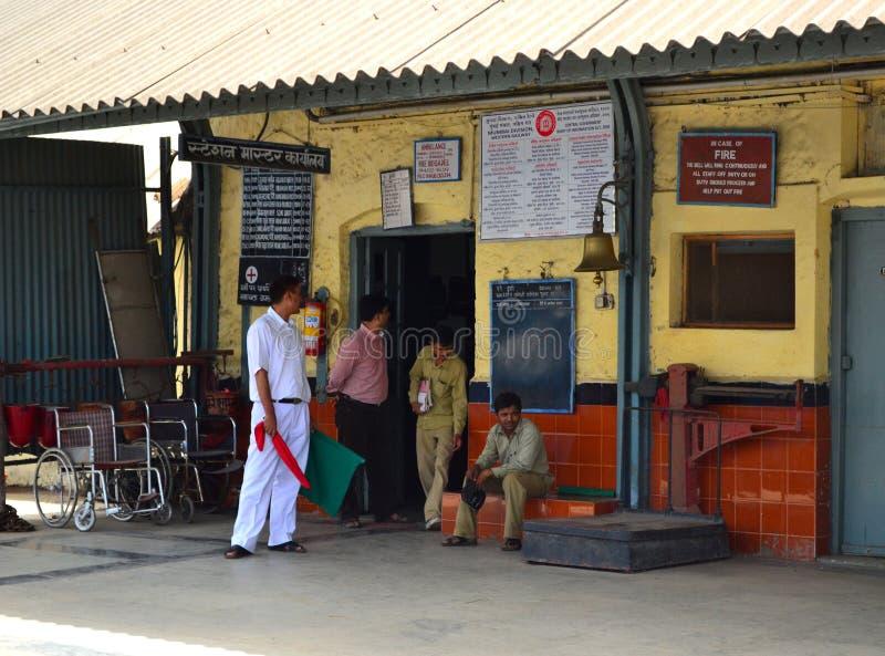 Mestre de estação com as bandeiras vermelhas e verdes fotografia de stock royalty free