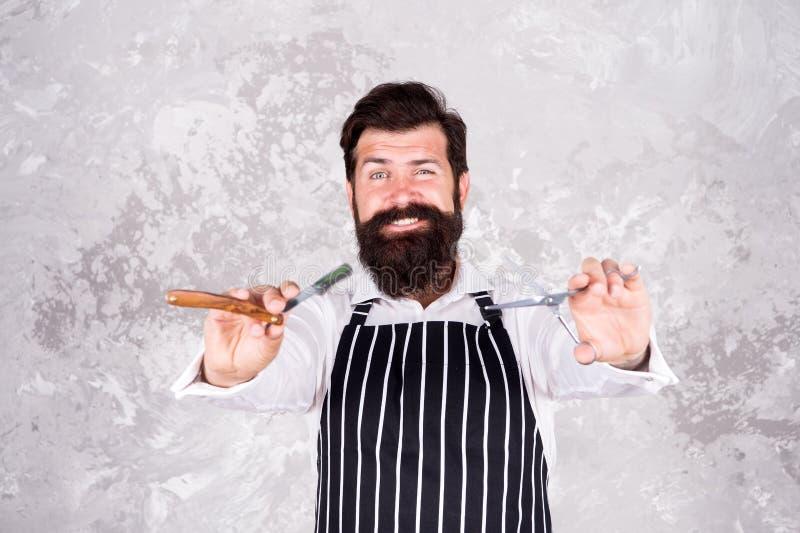 Mestre do barbeiro Conceito do penteado Barba e bigode da preparação P?los faciais Rapagem farpada do barbeiro Ferramentas do bar imagem de stock royalty free