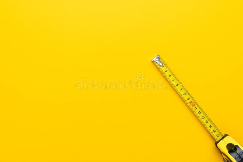 Mesure de bande jaune photographie stock libre de droits