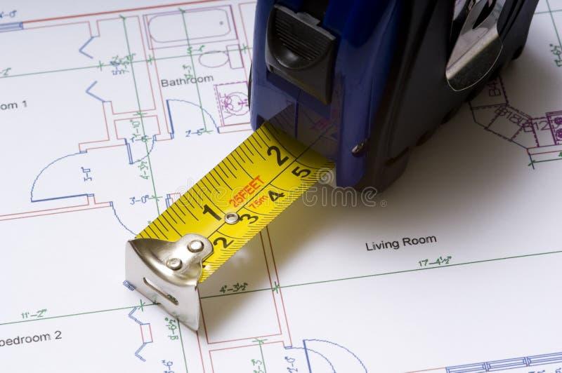 Mesure de bande sur des plans d'étage photos stock