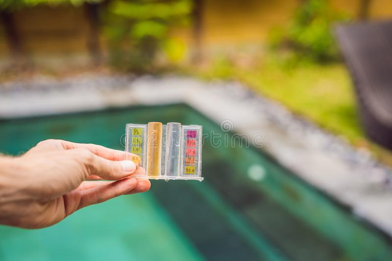Mesure de chlore et pH d'une piscine images stock