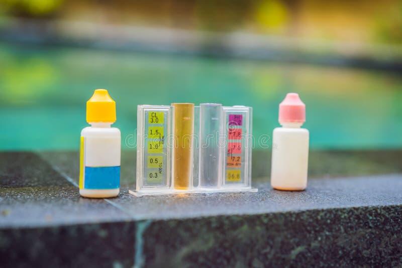 Mesure de chlore et pH d'une piscine image libre de droits