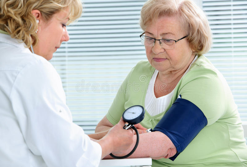 Pression de mesure de sang image stock. Image du examen..