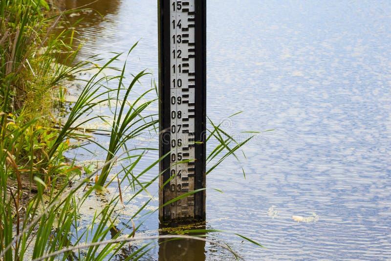 Mesure de mesure de niveau d'eau pendant la sécheresse photo libre de droits