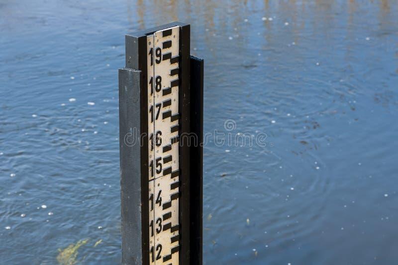 Mesure de niveau d'eau pendant l'inondation image stock