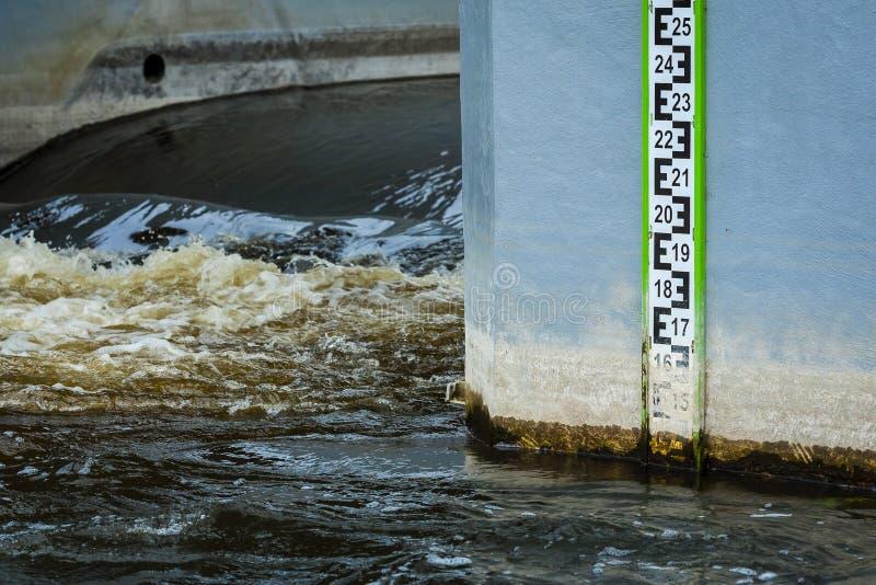 Mesure de mesure de niveau d'eau pendant l'inondation photos libres de droits