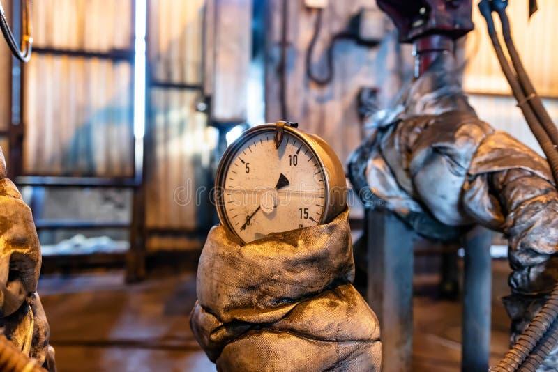 Mesure de pression correctement d'utilisation installée sur la canalisation à la vieille usine chimique photographie stock