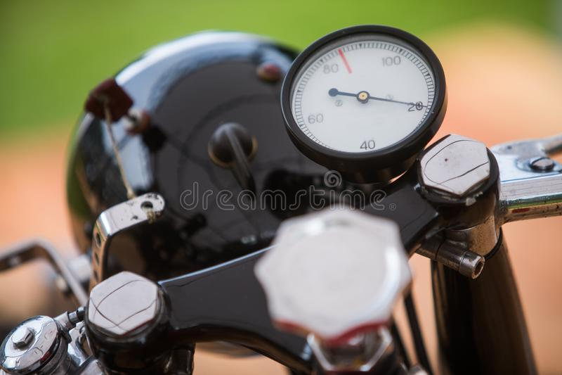 Mesure de tachymètre d'une moto de cru photographie stock libre de droits