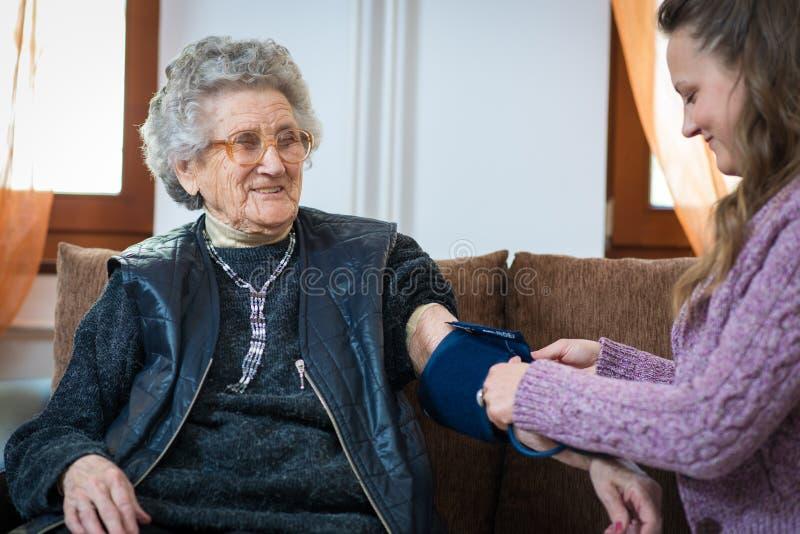 Mesure de tension artérielle photo stock