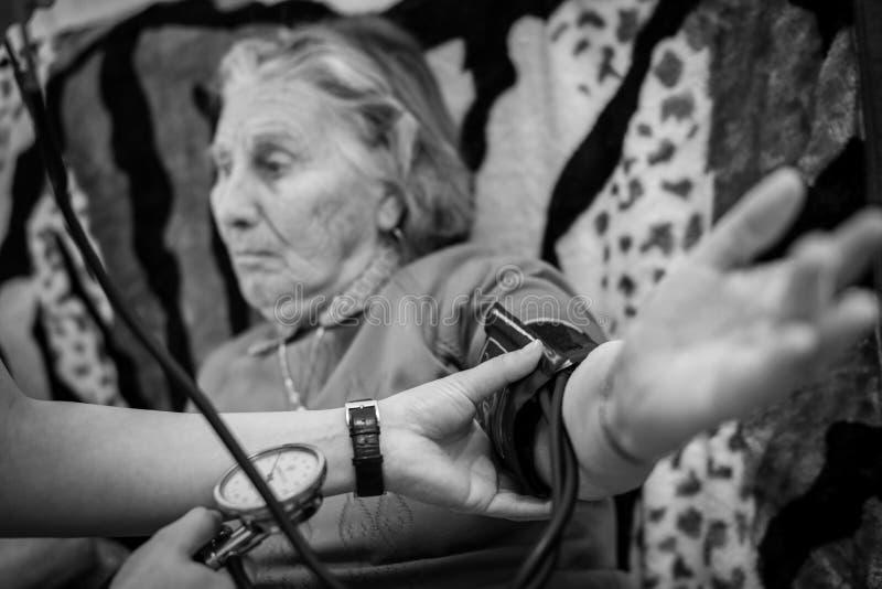 Mesure de tension artérielle photographie stock libre de droits