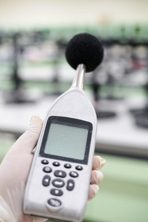 Mesure du bruit dans la chambre de laboratoire avec un sonomètre photographie stock