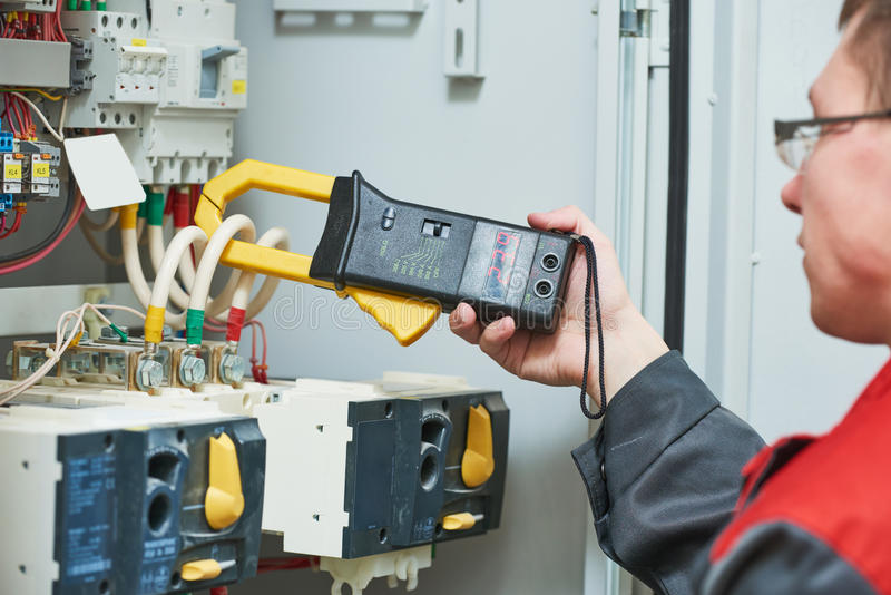 Mesures d'électricien avec l'appareil de contrôle de multimètre image libre de droits