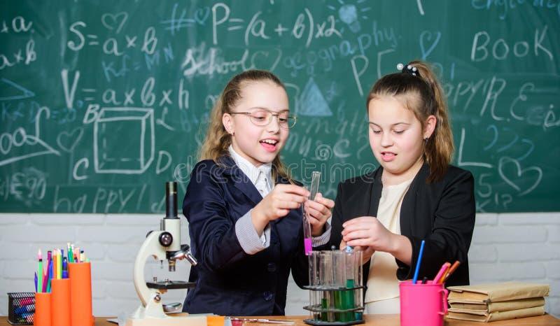 Mesures de sécurité pour fournir la réaction chimique sûre Les enfants de génie travaillent sur propre théorie chimique Connaissa images libres de droits