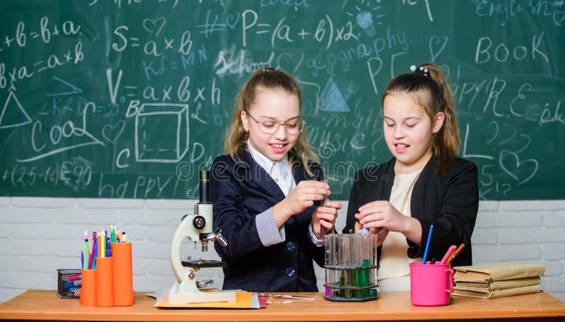 Mesures de sécurité pour fournir la réaction chimique sûre Make étudiant la chimie intéressante Connaissances de base de chimie image libre de droits