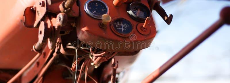 Mesures sur un tracteur de rouge de vintage image libre de droits