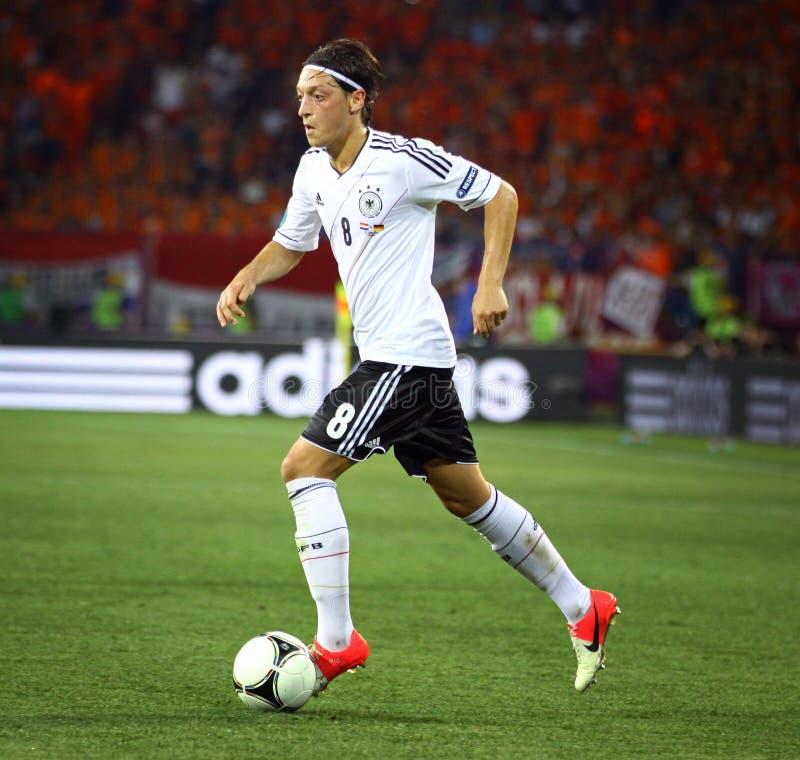 Mesut Ozil von Deutschland steuert einen Ball stockfotografie