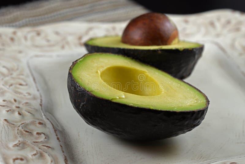 Metà crude dell'avocado fotografia stock