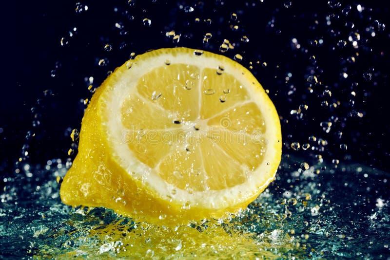 Metà del limone con le gocce dell'acqua immagine stock