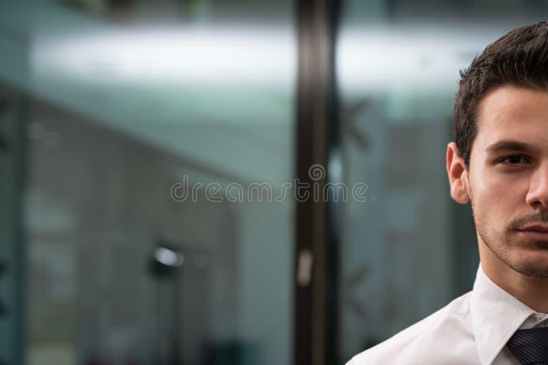Metà del ritratto del fronte di giovane uomo d'affari fotografia stock