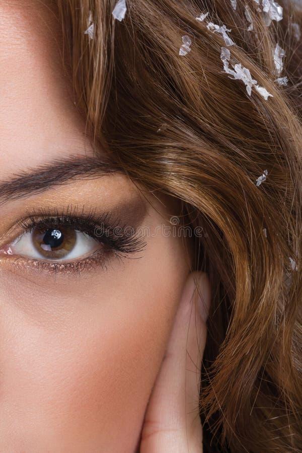 Metà del ritratto della donna adorabile del fronte, occhi nella priorità alta immagine stock