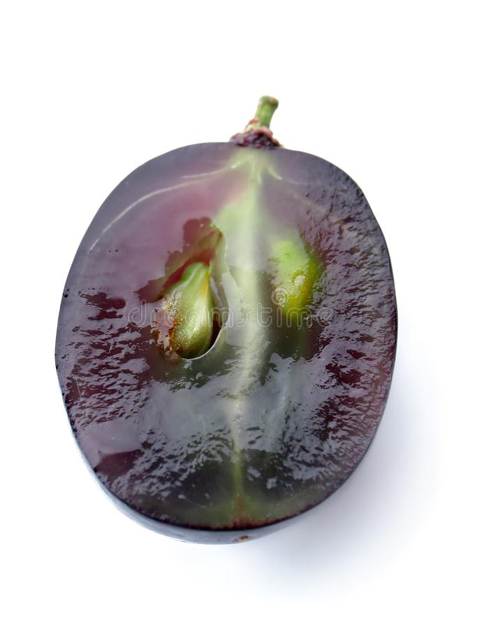 Metà dell'uva matura fresca su fondo bianco fotografie stock libere da diritti