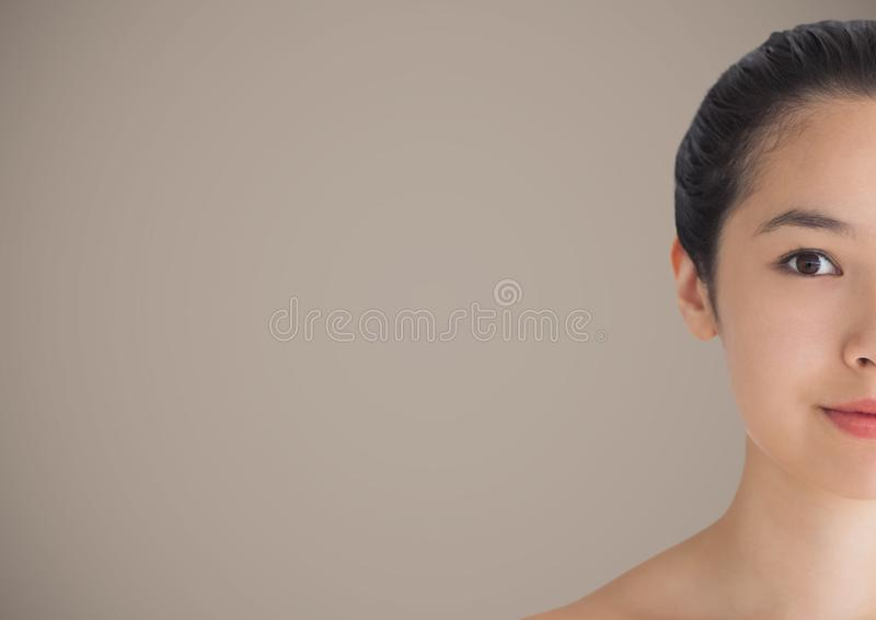 Metà della donna contro fondo marrone fotografia stock libera da diritti