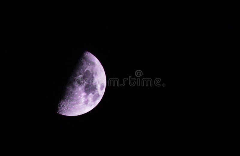 Metà della luna porpora fotografia stock