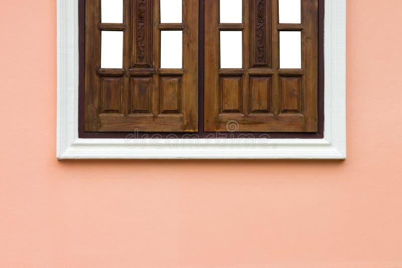 Metà delle finestre nel telaio concreto fotografia stock