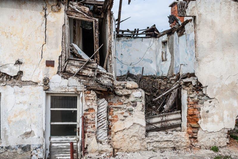 Metà delle rovine di colore rovinate casa fotografia stock libera da diritti