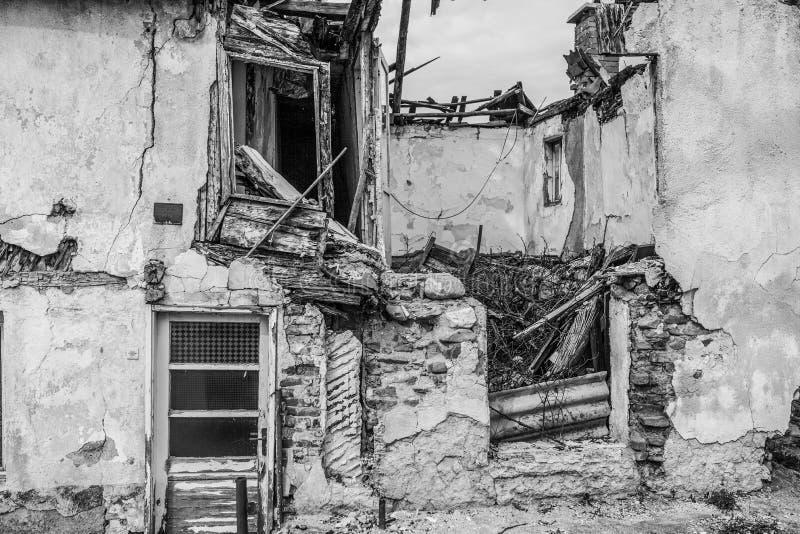 Metà delle rovine di colore rovinate casa immagine stock libera da diritti