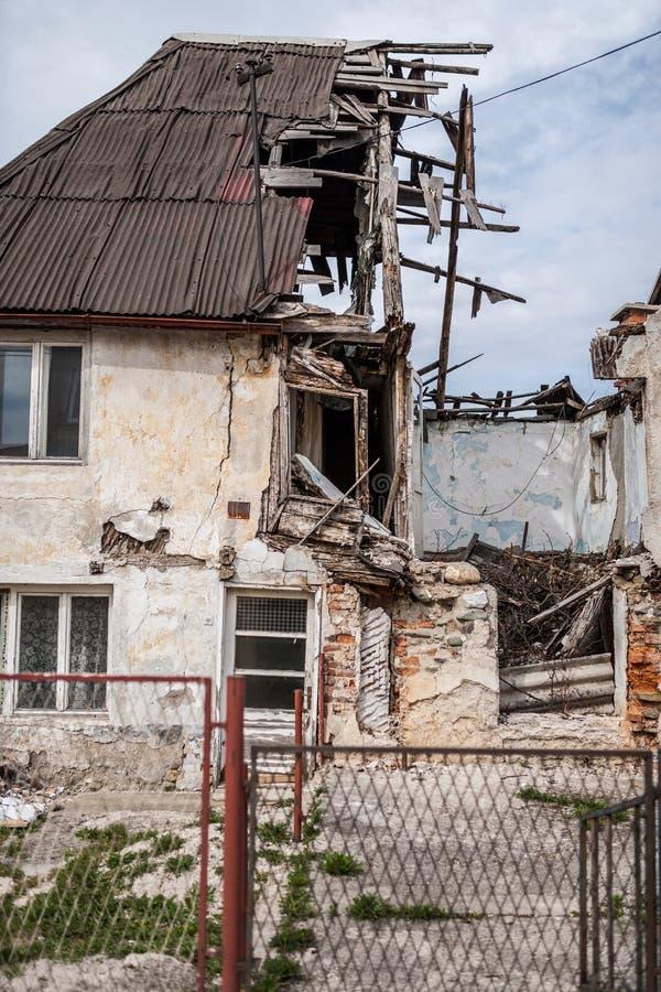 Metà delle rovine di colore rovinate casa fotografie stock libere da diritti
