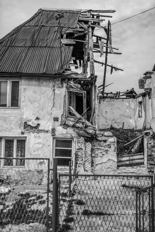 Metà delle rovine di colore rovinate casa fotografie stock