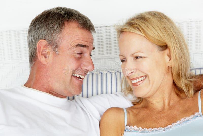 Metà di coppie di età in base fotografia stock