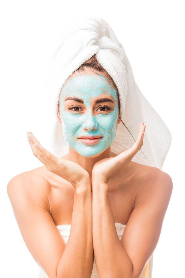 Metà di donna adulta soddisfatta con la maschera facciale immagini stock libere da diritti
