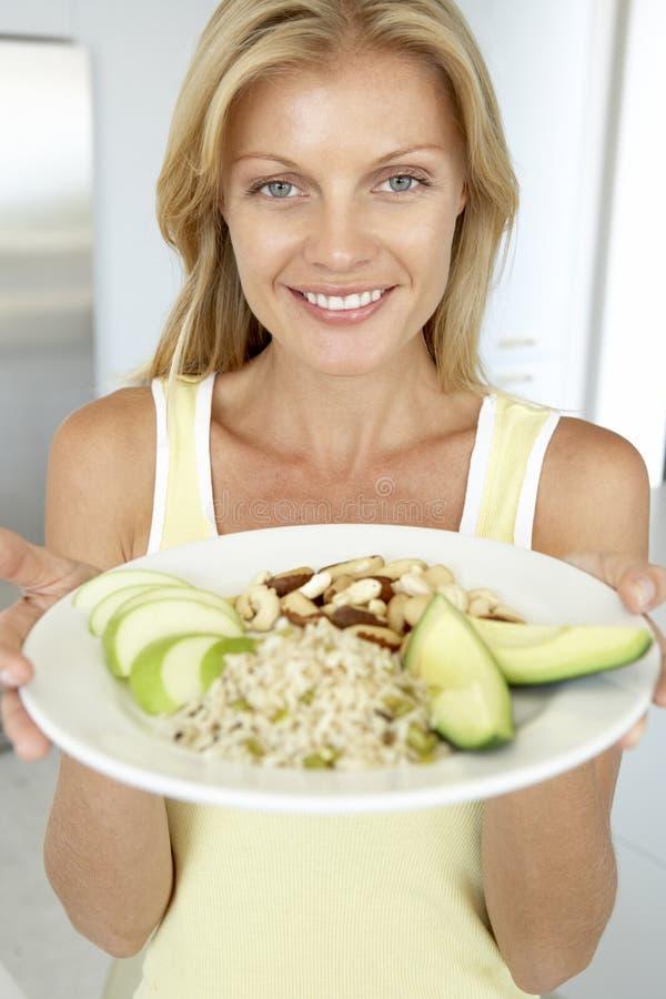 metà di donna della zolla della holding sana adulta degli alimenti fotografie stock