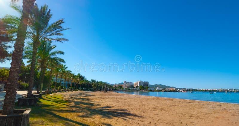 Metà di sole di mattina sulla città della spiaggia Riscaldi il giorno soleggiato lungo la spiaggia in Ibiza, la st Antoni de Port immagine stock