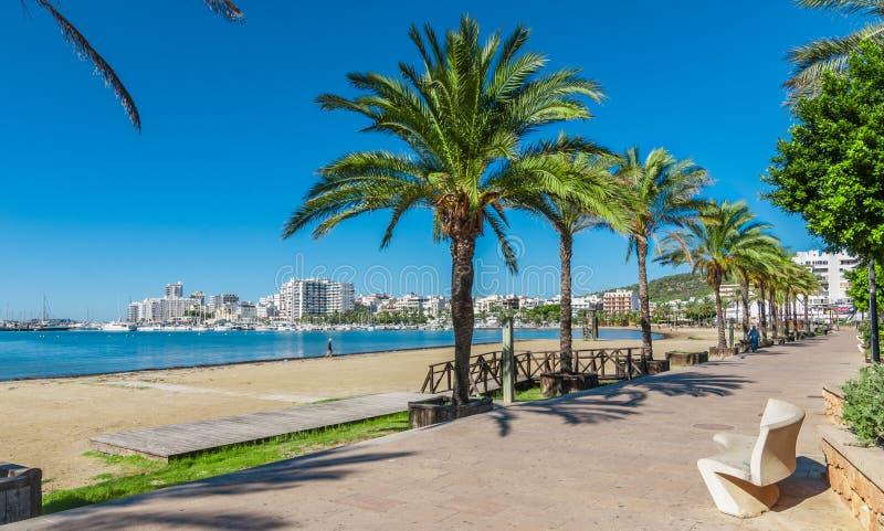 Metà di sole di mattina sulla città Riscaldi il giorno soleggiato lungo la spiaggia in Ibiza, la st Antoni de Portmany Balearic I fotografie stock