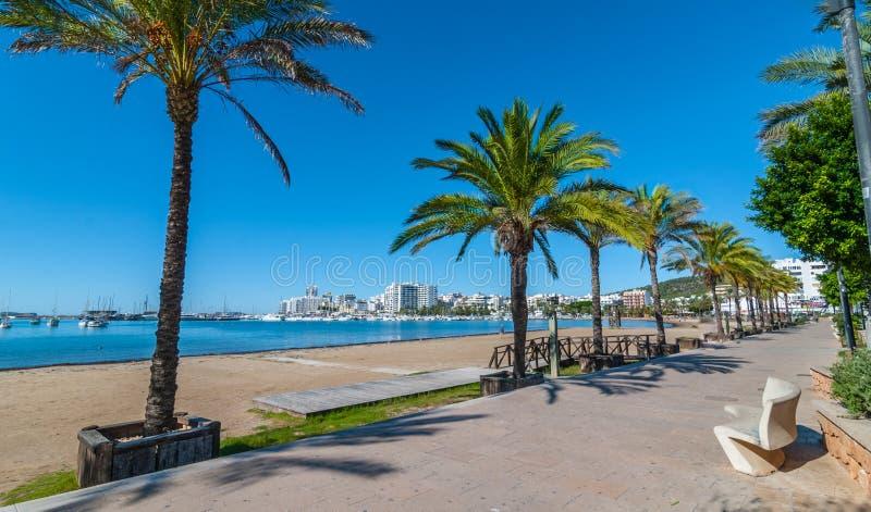Metà di sole di mattina sulla città Riscaldi il giorno soleggiato lungo la spiaggia in Ibiza, la st Antoni de Portmany Balearic I immagine stock libera da diritti