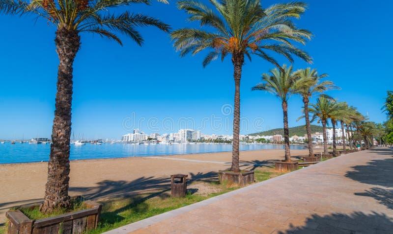 Metà di sole di mattina sulla città Riscaldi il giorno soleggiato lungo la spiaggia in Ibiza, la st Antoni de Portmany Balearic I fotografie stock libere da diritti