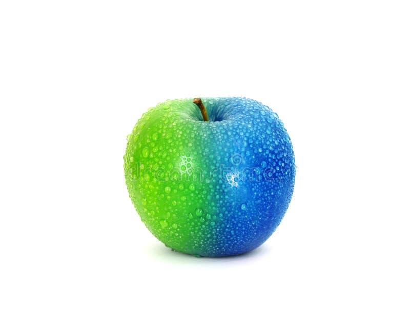 Metà e metà mela fresca verde blu con la gocciolina di acqua, il cambiamento o il concetto modificato immagine stock libera da diritti