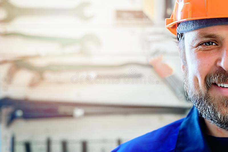 A metà il fronte di un lavoratore sorridente in un casco arancio con abbondanza dello spazio della copia Soluzione pronta per il  fotografie stock