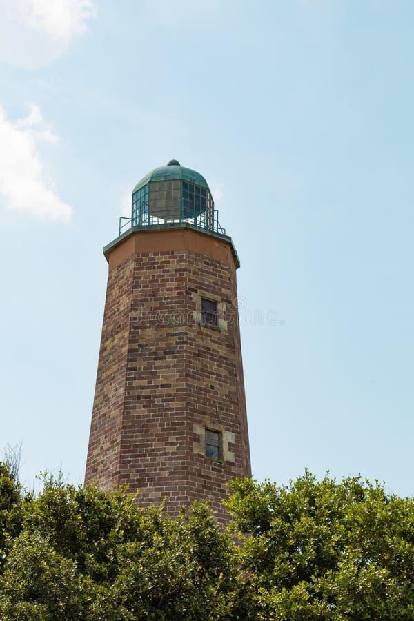 Metà superiore di vecchio capo Henry Lighthouse il giorno di estate immagine stock