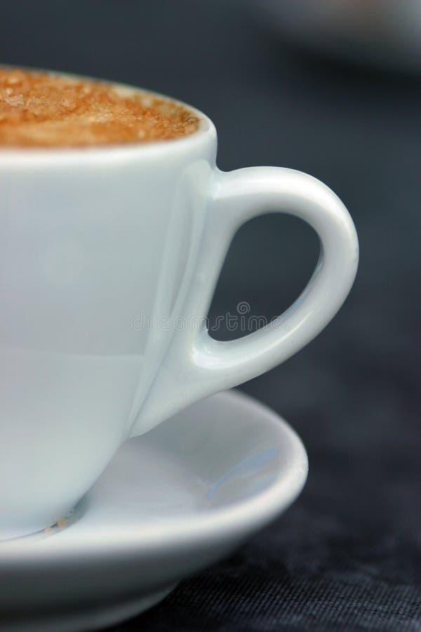 Metà un della tazza di cappuccino? immagine stock