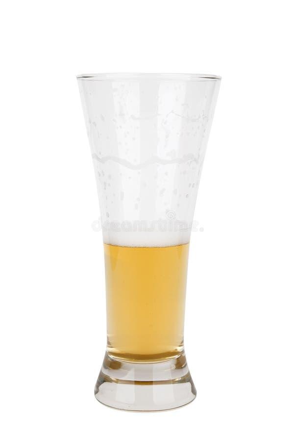 Metà un di vetro di birra chiara fotografie stock libere da diritti